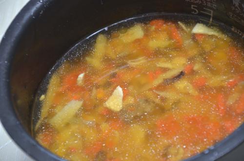 「五目ごはんの素」をご飯に混ぜたら、あとは炊くだけ、らくちんぽん