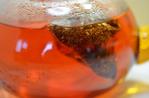 じわじわ抽出、紅茶のような赤さに