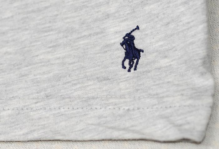 Tシャツの裾には、おなじみの刺繍があります