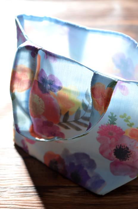 水色の花柄トートバッグ