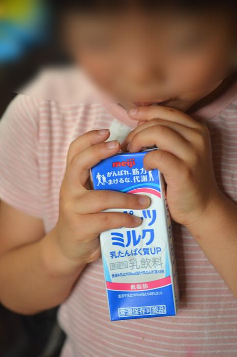 スポーツミルクを飲む娘