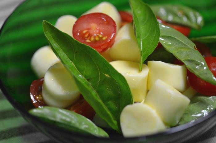 おつまみチーズで簡単カプレーゼ