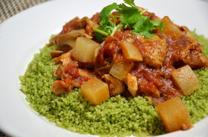 チキンと野菜(大根、舞茸、紫タマネギ)のトマトソース、パクチーのせ