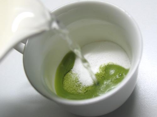 お湯を入れて、かき混ぜると、サッと溶けます