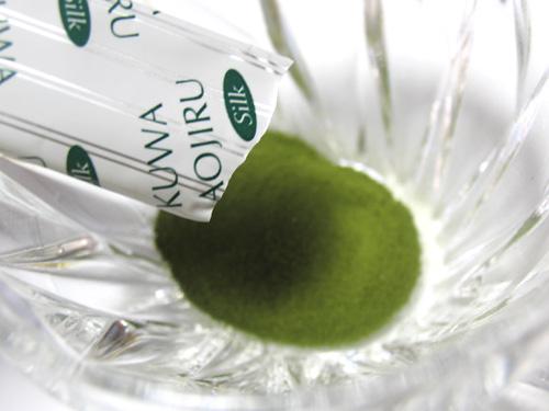 アミノ酸豊富な「シルクペプチド」入り、栄養たっぷり「くわ青汁」です