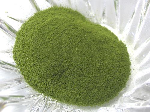 細かいパウダー状の「くわ青汁」、きれいなグリーンです