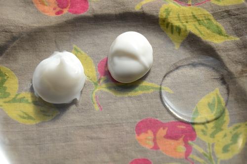 右から、化粧水・乳液・オールインワンゲルのテクスチャー(ノエビア99モイスト)