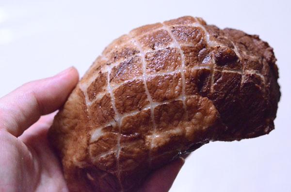 豚肉かたまりをプーアール茶で煮た「プーアール豚」