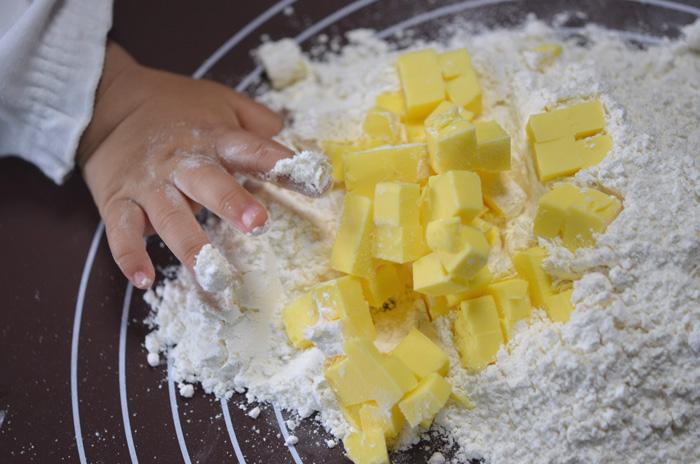 1センチ角に切って、小麦粉と混ぜ合わせます
