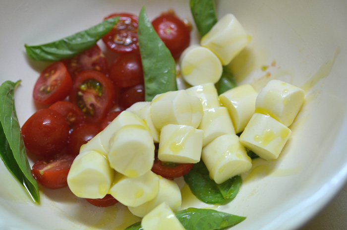 おつまみチーズ+ミニトマト+バジル+塩+オリーブオイル