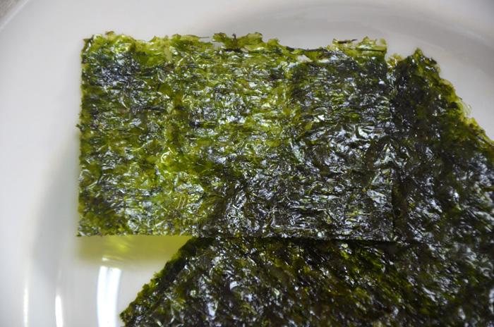 日本の海苔よりは薄く、油と塩で味付けしてあります
